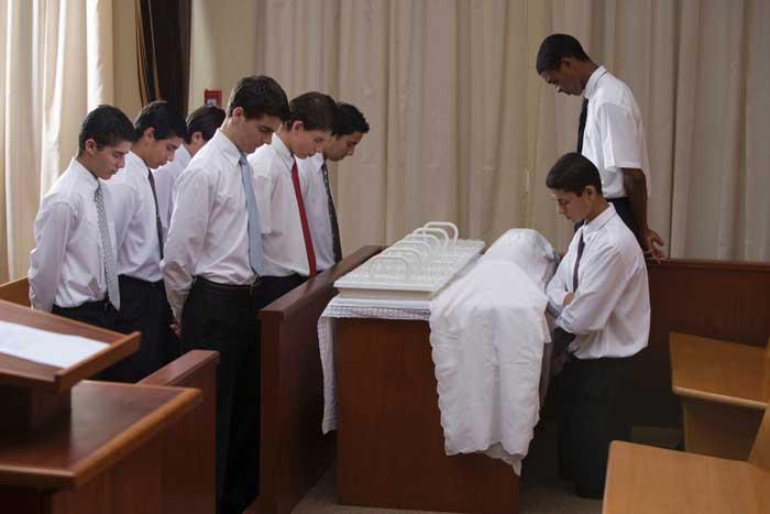 Blessing_the_sacrament2