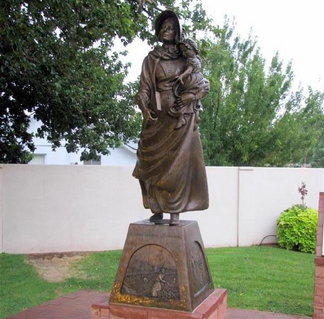 Statue of a Mormon pioneer woman in Washington, Utah