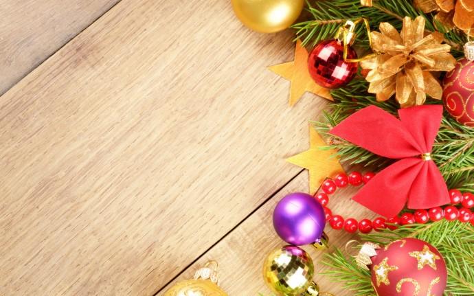 Various Christmas ornaments on a wreath.