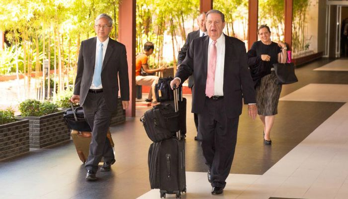 ホランド長老、ベトナムとカンボジアの人々を教える