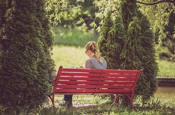 La mujer lee las escrituras afuera