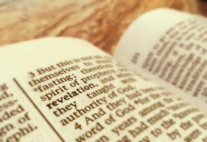 Verso de la escritura con la palabra revelación resaltada