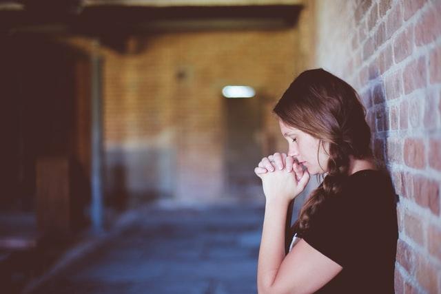 girl in alley praying